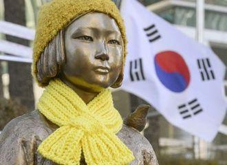 ソウルの日本大使館前に設置されている、従軍慰安婦問題を象徴する少女像=28日(共同)