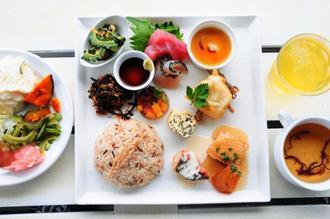 あがり美味ーいで提供される、カフェやぶさちの「古代米プレート」