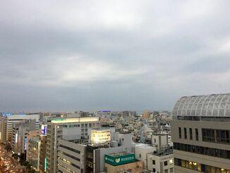 沖縄本島地方は、湿った空気の影響により曇っています