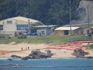 フロートやオイルフェンスも一部が撤去された=10日午前11時半ごろ、名護市辺野古のキャンプ・シュワブの浜
