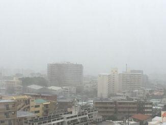 沖縄本島は激しい雨が降っている(浦添市内から東シナ海方面を撮影)