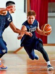 練習に励む日本代表に選出されたキングスの岸本隆一(右)=宜野湾勤労者体育センター(渡辺奈々撮影)