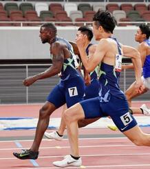 男子100メートル決勝 力走する10秒24で優勝したジャスティン・ガトリン(左)。右手前は2位の多田修平=国立競技場