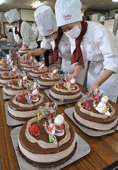 福祉施設に贈るクリスマスケーキを作る学生たち=4日、那覇市・沖縄製粉サービスセンター