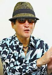 新アルバムについて語る内田勘太郎=那覇市・沖縄タイムス社