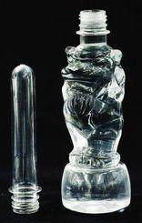 独自の金型で製作されたシーサー型のペットボトル(右)。プリフォームの金型も造られた