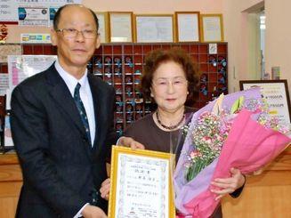 認定証を渡す呉屋太裕社長(左)と野原澄子さん