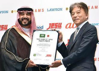 「eスポーツ」の親善試合を開催する合意文書に調印した、日本とサウジアラビア両国の推進団体会長=16日午後、東京都港区