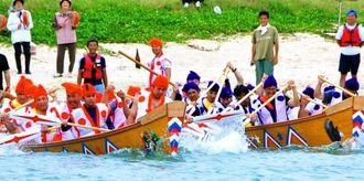 新造したハーリー舟を力強くこぎ、沖に繰り出すこぎ手たち=11日、北名城ビーチ