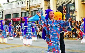 街頭音頭ので華やかな踊りなど披露した沖縄県人会