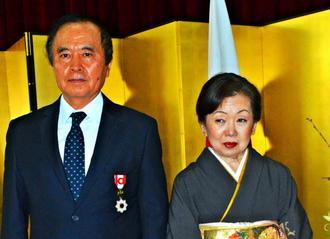 日系社会の発展に寄与し、旭日小綬章を受章した根間玄真さん(左)と妻エミリアさん