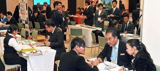 ASEAN諸国からのバイヤーと県内外からの出展業者が集まった商談会=15日午後、宜野湾市・沖縄コンベンションセンター会議棟