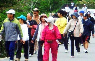 景色を楽しみながら歩く参加者=南城市大里・玉城那覇自転車道線
