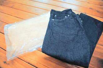 乾燥させたバガス(左)とバガスを使ったジーンズ=19日、浦添市のSHIMA DENIM WORKS
