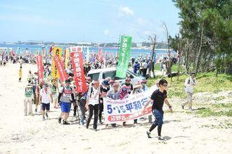 瀬嵩の浜を出発する「5・15平和行進団」=15日午前10時38分、名護市