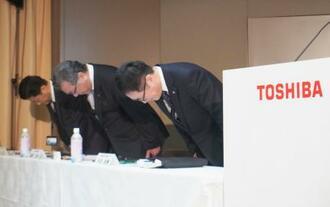 子会社の架空取引を謝罪する東芝の豊原正恭執行役専務(中央)ら=14日午後、東京都港区