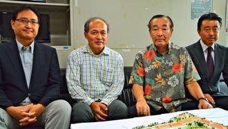 建設計画を発表するアールジェイエステートの一丸秀信会長(右から2人目)ら=7日、沖縄県庁