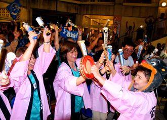 日本ハム優勝で歓喜に沸く名護市民ら=日午後9時ごろ、名護市営市場
