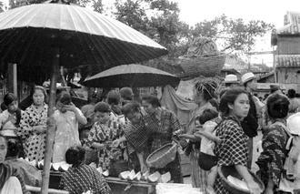 那覇の市場の様子、元のモノクロ写真