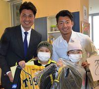 「元気になったら甲子園に」 阪神・鳥谷選手、沖縄で闘病の子励ます