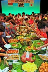 インドネシア料理のナシゴレンやペペスなどを楽しむ参加者ら=22日、南風原町立中央公民館