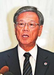 日米両政府の合意などを受け、記者の質問に答える翁長雄志知事=4日午後、県庁