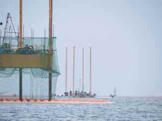 沖合に移動・設置された3台目のスパット台船(奥)。手前は既設の台船=4日正午ごろ、名護市辺野古沖