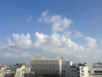 沖縄地方は高気圧に覆われて、おおむね晴れている