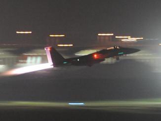 夜間に嘉手納基地を離陸する米軍機(資料写真)