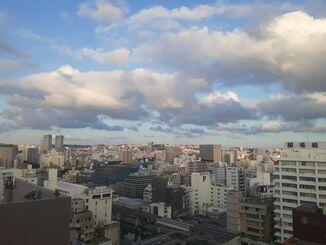 那覇市の上空=24日午後5時40分ごろ