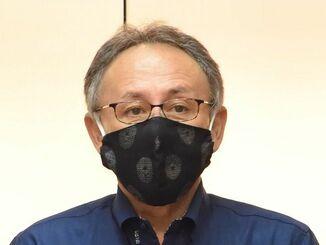 新型コロナウイルス感染拡大を受けて会見を開く玉城デニー知事=7日午後、県庁(代表撮影)