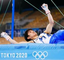 男子予選 鉄棒の演技中に落下した内村航平=有明体操競技場