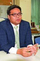 「ネトウヨの走りだった」学生時代を振り返る翁長雄治さん=7日、那覇市内
