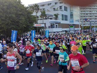 NAHAマラソンのスタートし、出走するジョガーら=1日、那覇市