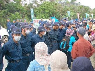 ヘリパッド建設反対を訴える市民を取り囲む機動隊員=18日、東村高江・米軍北部訓練場N1地区表側出入り口前