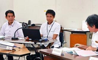 健康サービスをビジネスにつなげる県の事業で発表したディプロの久手堅誉代表(左)とフォスタの呉屋智仁代表(中央)=県庁商工労働部会議室