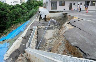 施設内の駐車場部分が大きく陥没した現場=25日、中城村南上原・夢の園こども園(古謝克公撮影)