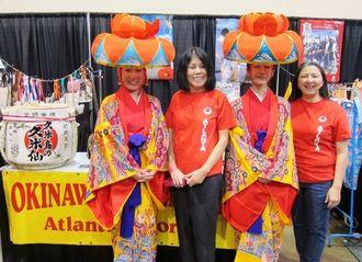 金城由美子会長(右)と会員が沖縄を紹介した