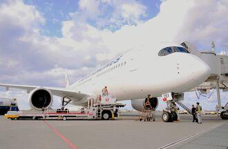 羽田空港から那覇空港へ到着し、駐機場で、機材メンテナスを待つJALの新型機「A350-900」=1日、那覇空港