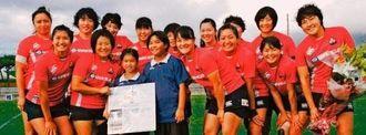 歓迎式で寄せ書きを手渡した島袋莉多さん(前列左から3人目)、大城紗和乃さん(同4人目)と喜ぶ選手たち=読谷村・残波岬ボールパーク