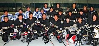琉球大学アイスホッケー部のメンバー。女子も合同練習で汗を流す