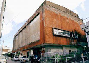 56年間の営業に幕を閉じる県内唯一のフィルム上映の映画館「コザ琉映」=21日、沖縄市照屋