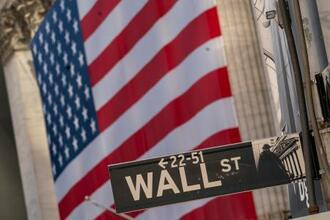 ウォール街の標識=ニューヨーク(AP=共同)
