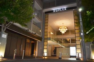 女性が倒れているのが見つかったマンション=18日午後9時56分、東京都港区