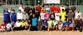 10回目を迎えた兵庫・沖縄のテニス交流事業の参加者=漫湖市民テニスコート(提供)