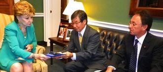 ボダリヨ米下院議員(左)と会談する稲嶺進名護市長(中央)と玉城デニー衆院議員=現地時間21日、ワシントン