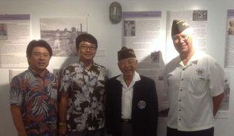 沖縄戦の体験を紹介した特別企画展に駆けつけた日系2世の兵士、ハーバート・柳村さん(右から2人目)ら関係者=2日(現地時間1日)、太平洋航空博物館パールハーバー