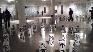 多くの漢字で埋め尽くされた展示会場。訪れる人を魅了している=ブエノスアイレス市