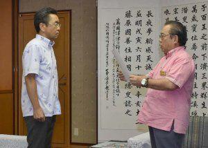 高江ヘリパッド着工を受け、中嶋浩一郎防衛局長(左)に抗議する安慶田光男副知事=22日午前11時、県庁