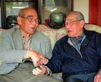 兄消息求め 生還者と対面/山川さん 喜納さんに壕の話聞く/本紙証言で記憶たどる